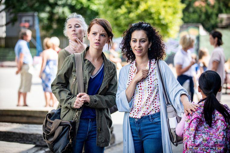 Hannah (Lynn Van Royen) en Mel (Ikram Aoulad) op het schoolplein in de Vlaamse versie van de comedy De luizenmoeder. Beeld Beeld VTM