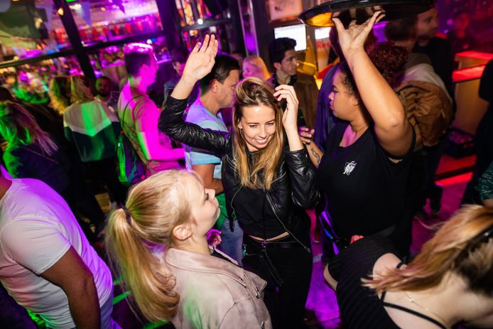 Dansplezier in Freaky Piano Bar op de Korenmarkt in Arnhem: hen kan weer met coronatoegangsbewijs vanaf zaterdag 26 juni 2021.