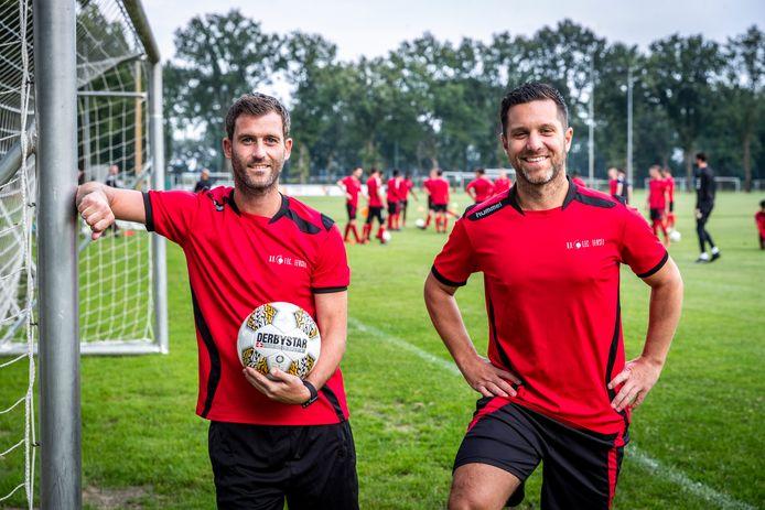 Bas Smulders (l) en Mike Thijssen voetballen weer samen bij EFC.