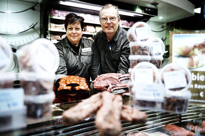 """Charles en Christel Leurink weten precies wat voor vlees ze in de kuip hebben. Varkensvlees komt van een nichtje in Weerselo. Het rundvlees komt van boer Lutke Veldhuis in Saasveld. """"Ik heb de beesten zien scharrelen. Ik ken de mesters, de boeren."""""""