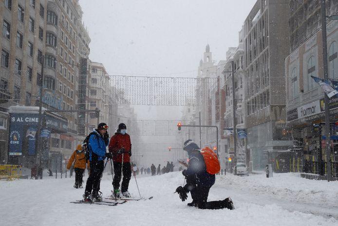 Mensen op ski's in de Gran Via Avenue in Madrid. De stad zag in 50 jaar niet zoveel sneeuw.