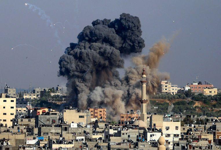 Rookwolken stijgen op boven Gaza-stad, nadat Israël luchtaanvallen heeft uitgevoerd als represaille voor Palestijnse raketbeschietingen.   Beeld AFP