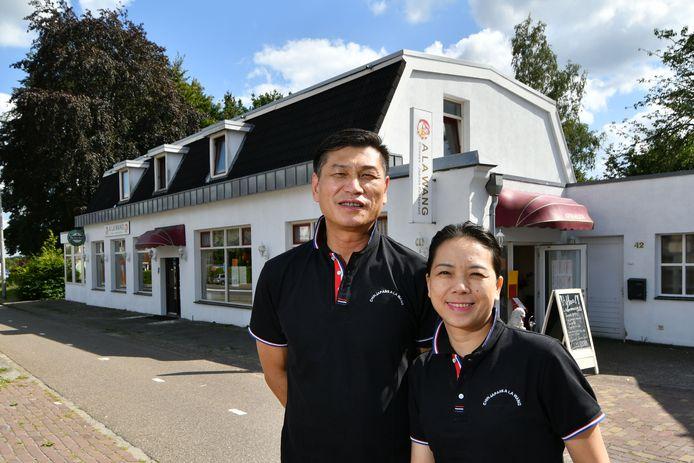 De nieuwe exploitanten van het Chinees/Japans restaurant A la Wang aan de Bentheimerstraat in De Lutte: chefkok Xiaowu Wang en zijn vrouw Xiubin Hu.