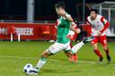 Naoufal Bannis schiet FC Dordrecht vanaf de strafschopstip naar 2-1 tegen Jong FC Utrecht, dat echter met 3-1 zou zegevieren.