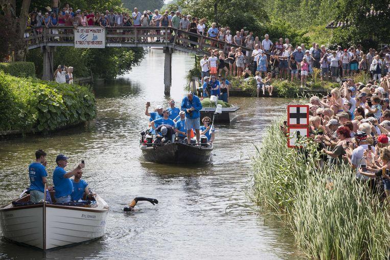 Heel Nederland leefde mee: op tal van plaatsen stonden honderden toeschouwers de zwemmer toe te juichen, zoals hier bij een bruggetje tussen Dokkum en Leeuwarden.
