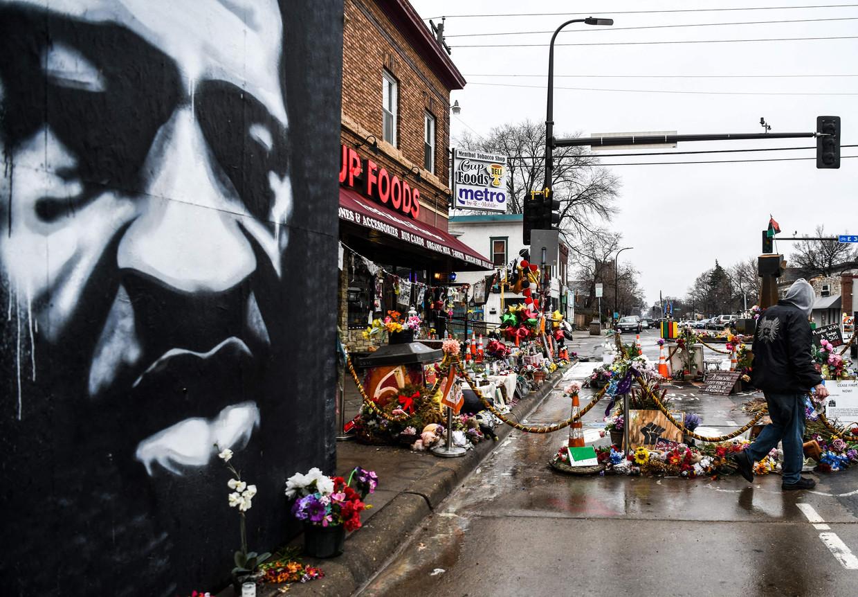 Bloemen en een muurschildering op de plek in Minneapolis waar George Floyd vorig jaar overleed. Beeld AFP