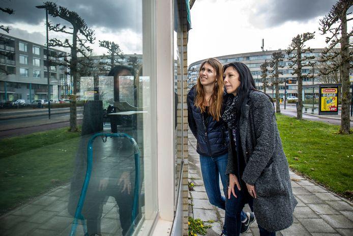 Christa Tober (54) en haar dochter Mandy (26) bij het leegstaande café aan de Aartsbisschop Romerostraat in Voordorp waar ze een buurthuis(kamer) van willen maken.