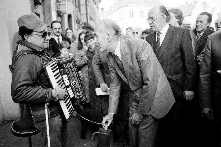 1982: oud-president Giscard d'Estaing beloont een blinde accordeonist in de stad Colmar (in de Elzas).  Beeld AFP