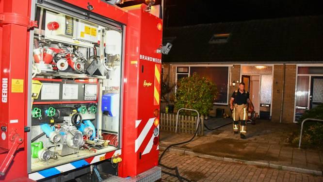 Containers achter rijtjeswoning in Den Ham vatten vlam, brandweer voorkomt erger