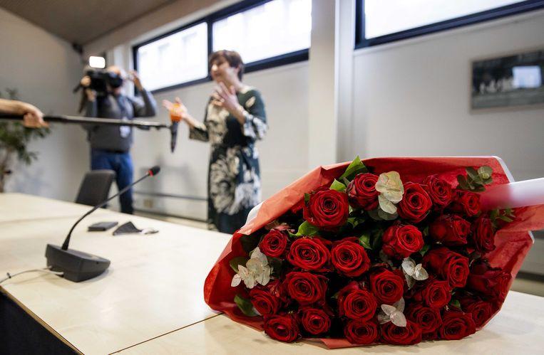 PvdA-partijleider Lilianne Ploumen kreeg rozen tijdens een fractiebijeenkomst van haar partij, de dag na de Tweede Kamerverkiezingen. Beeld Remko de Waal/ANP