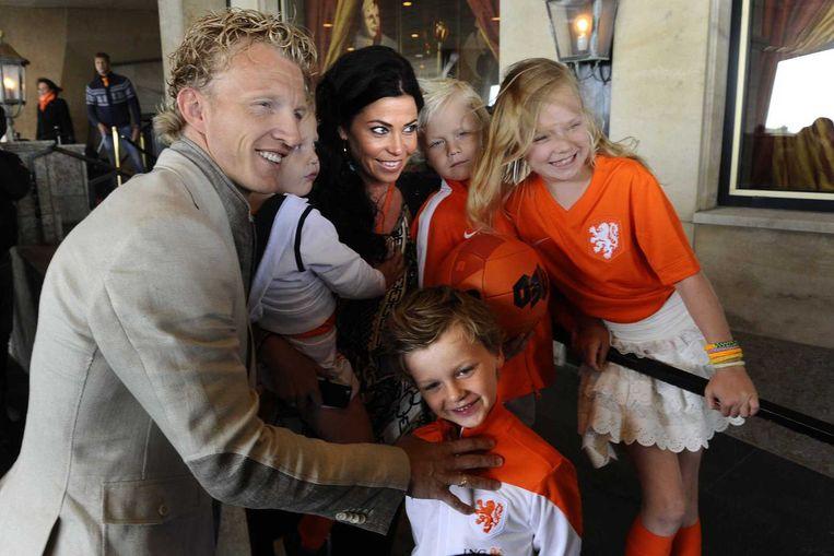 Dirk Kuijt met vrouw en kinderen bij Hotel Huis ter Duin. Beeld anp