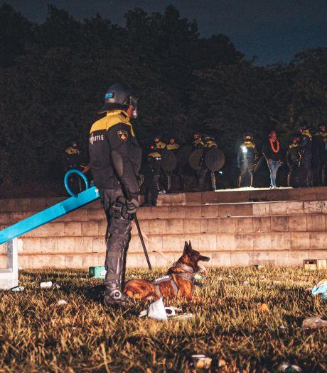 ME veegt park in Nijkerk schoon: feestende Oranjefans aangehouden