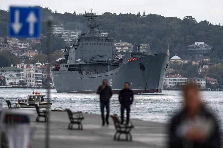 Russisch oorlogsschip op de Bosporus. De zeestraat is zo druk geworden, dat president Erdogan een parallel kanaal aan wil leggen. Beeld Hollandse Hoogte / AFP