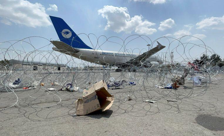 Een commercieel vliegtuig op het Hamid Karzai International Airport in Kabul, Afghanistan, een dag nadat de laatste Amerikaanse troepen het land hebben verlaten. Beeld REUTERS