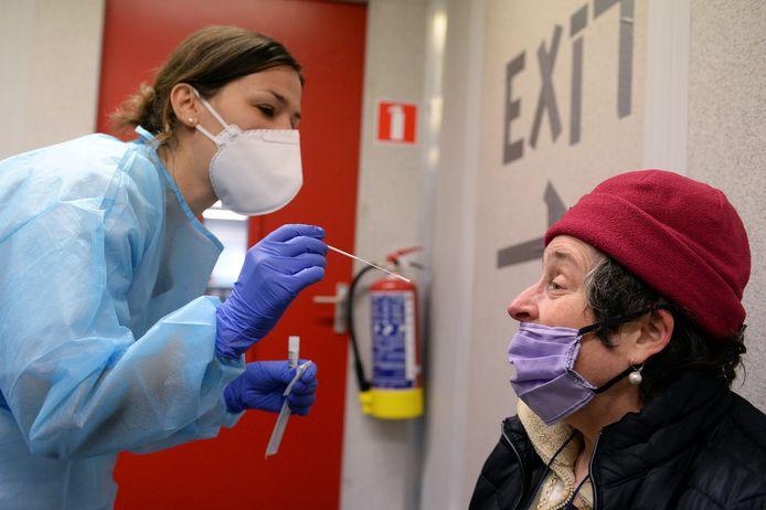 Une personne se fait tester à Bruxelles, le 28 janvier 2021.