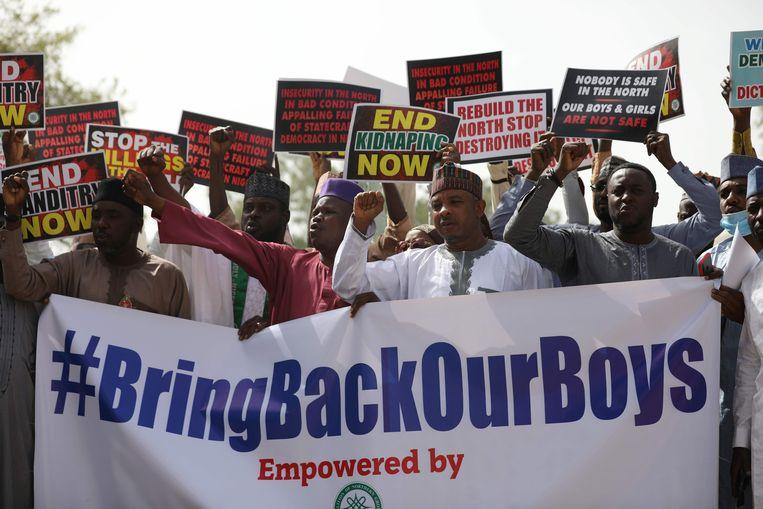 Demonstranten eisen dat de overheid de honderden door Boko Haram ontvoerde schooljongens bevrijden.  Beeld AFP