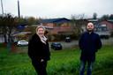 Wethouder Sietske Klein-de Jong van de gemeente West Betuwe en Martin Klop, met op de achtergrond de Buko-fabriek en schoorsteen van de oude steenfabriek op het Heuff-terrein aan de Waal bij Vuren.