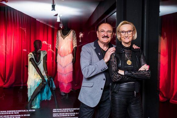 Nicole en Hugo bij een deel van hun kleerkastcollectie in het ModeMuseum.