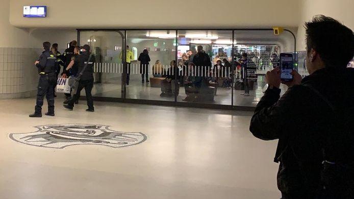 De arrestatie van de man met de Action-tas op station Eindhoven.