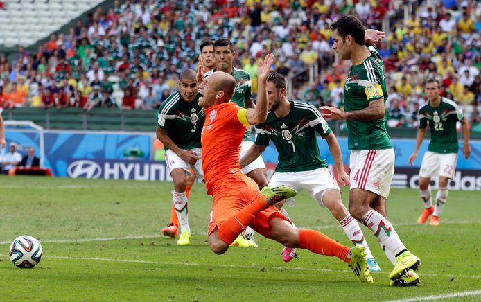 Oranje en Mexico kwamen elkaar op het WK in Brazilië in de achtste finale tegen. Arjen Robben versierde toen in de extra tijd een penalty, waarna Huntelaar vanaf de stip de 2-1 binnenschoot.