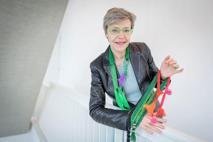 Corrie Steenbergen met enkele van haar afvalsieraden.