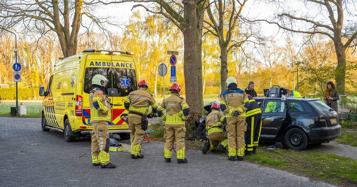 Zwaargewonde bestuurder urenlang vast in auto na ongeval bij Oisterwijk.