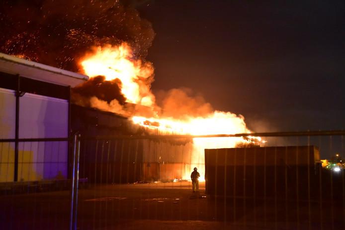 Meerdere brandweerkorpsen bestrijden het vuur.