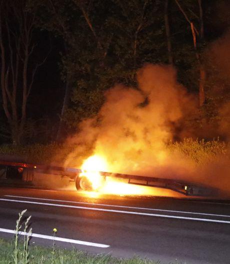 Geparkeerde trailer brandt uit in Milsbeek