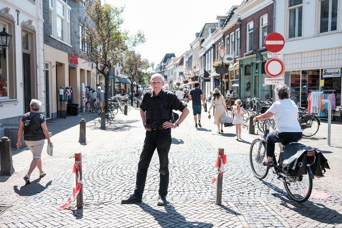 Doesburger en ondernemer Paul Staarink poseert bij de uitneembare paaltjes die in 2020 de binnenstad afsloten van auto- en fietsverkeer. Lang niet iedereen houdt zich aan de afsluiting.