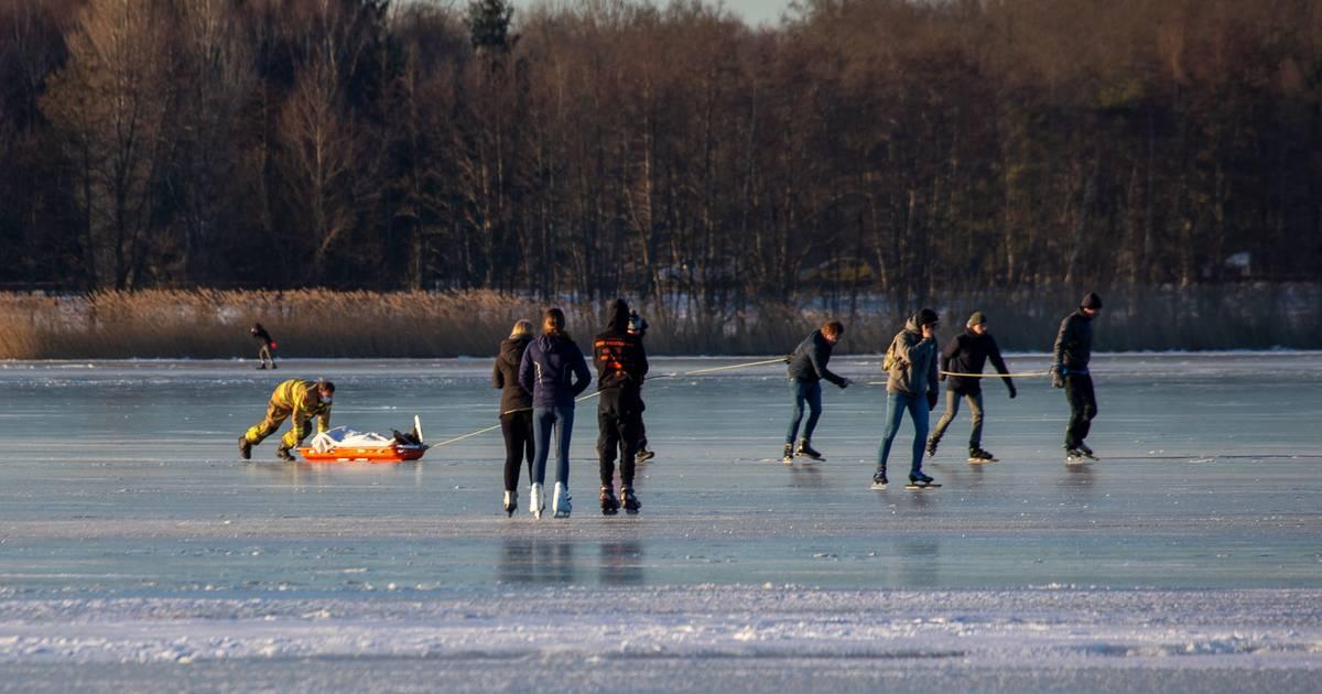 Schaatser ligt zeker half uur' gewond op ijs na botsing, hulpdiensten staan vast door geparkeerde autos.