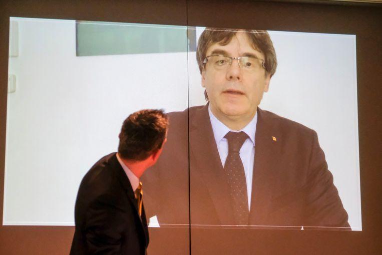 receptie nva Leuven: voorzitter tijdens videobootschap Puigdemont