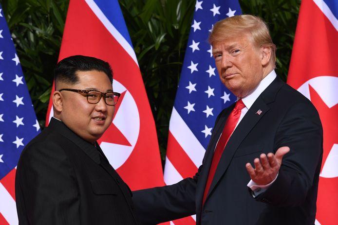 Toenmalig president Donald Trump en de Noord-Koreaanse leider Kim Jong-un ontmoetten elkaar voor het eerst in 2018, op een top in Singapore. Niet eerder schudden leiders van beide landen elkaar de hand.