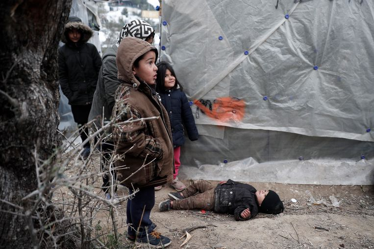 Beeld van minderjarige vluchtelingen uit Moria in januari van dit jaar. Voor de duidelijkheid: dit gaat niet om de kinderen die naar ons land komen. Beeld EPA