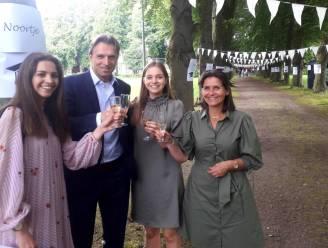Laatstejaars krijgen diploma na tocht door tuin van de school