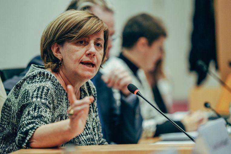 NMBS-CEO Sophie Dutordoir trok aan de noodrem toen bleek dat de 'superkern' beslist had om elke Belg een gratis treinrittenkaart cadeau te doen. Klei detail: de NMBS zelf was niet op de hoogte.  Beeld Thomas Sweertvaegher
