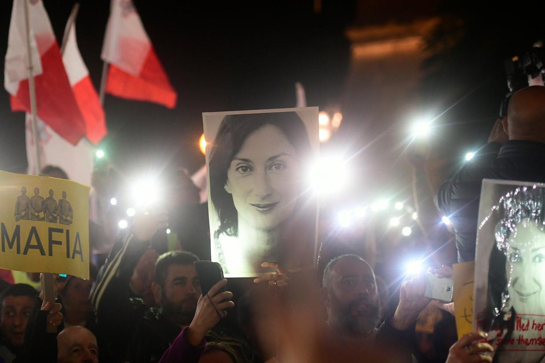 Demonstranten in Malta met de foto van de vermoorde journalist Daphne Caruana Galizia.  Beeld AP