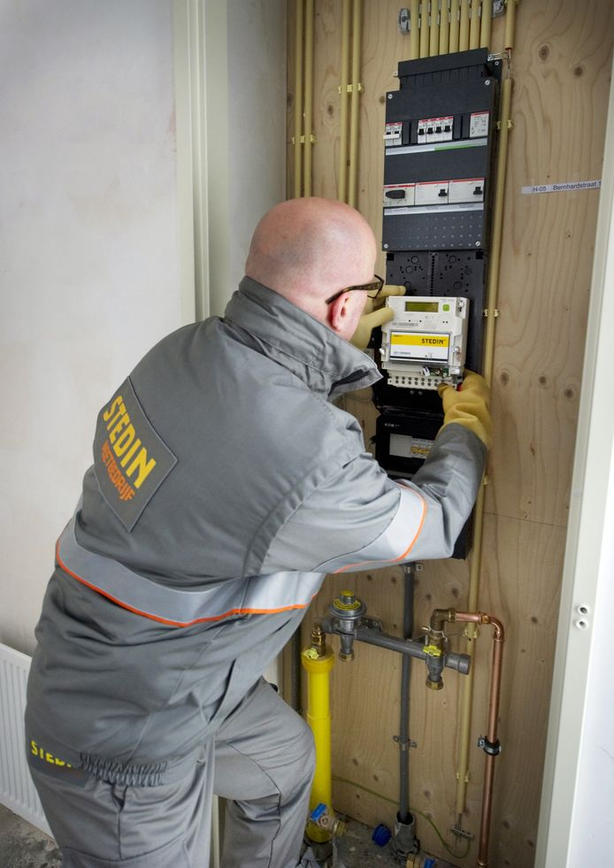 Een monteur installeert een slimme elektriciteitsmeter