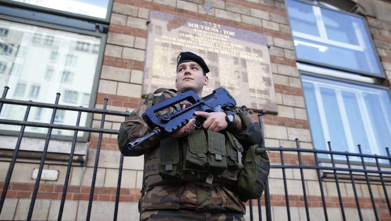 Een soldaat in Parijs. Beeld null