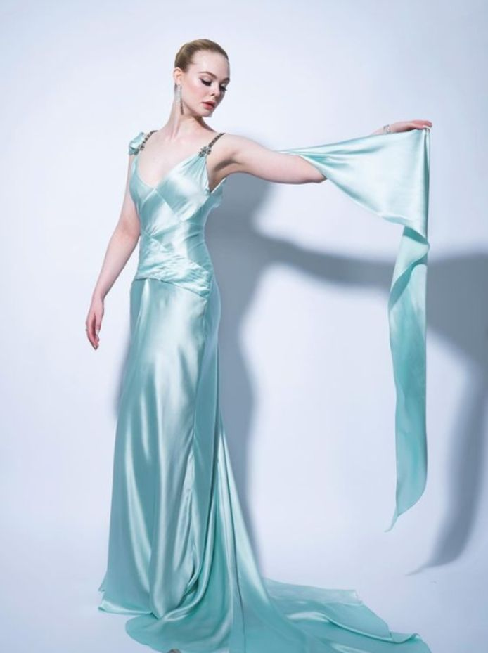 Elle Fanning dans une jolie robe en satin signée Gucci.