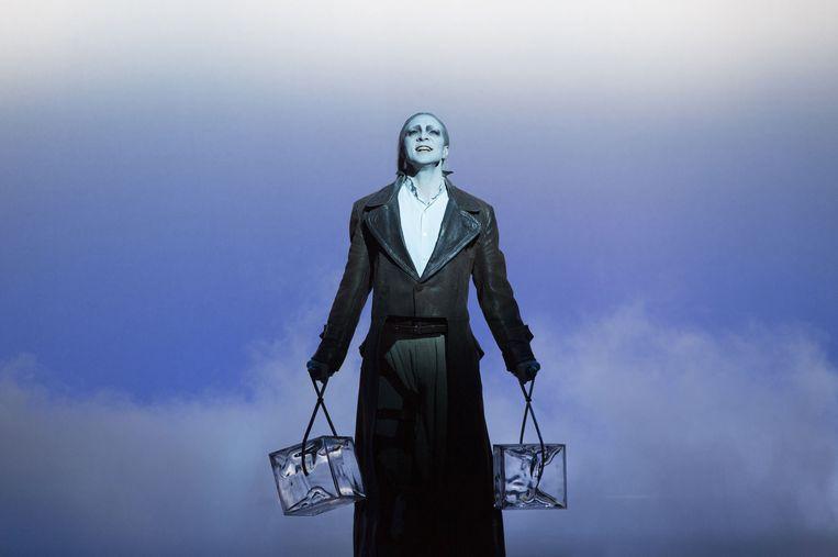 André Kazmarczyk als het titelpersonage uit Robert Wilsons 'Der Sandmann'. Beeld Lucie Jansch