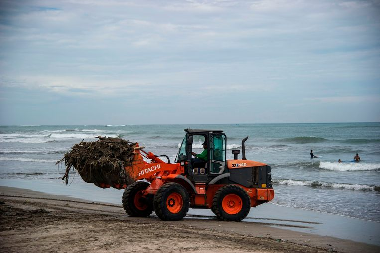 Workers use heavy equipment to clean up the rubbish and debris scattered along the beach to attach more tourists, after Mount Agung volcano has simmered down again, at the popular Kuta beach near Denpasar on Indonesia's resort island of Bali on December 2, 2017. Indonesia's Tourism Minister Arief Yahya warned earlier this week that Bali could lose up to 665 million USD in visitor-related revenue if Mount Agung's activity doesn't die down before the end of the year. / AFP PHOTO / JUNI KRISWANTO Beeld AFP