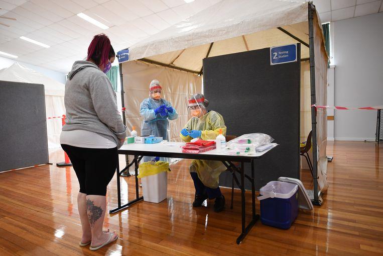 In Kilmore in de deelstaat Victoria is haastig een testlocatie ingericht nadat twee mensen inwoners van het plaatsje besmet bleken met het coronavirus.  Beeld James Ross / EPA