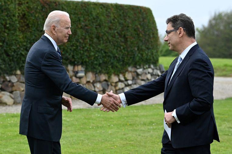 Koele handdruk tussen Bourla en Joe Biden in Cornwall, juni 2021. De VS-president had kort daarvoor gezegd farmabedrijven te willen dwingen hun Covid-19-patenten op te schorten. Beeld AFP