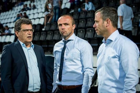 Oude en nieuwe tijden in Enschede: Schreuder in het midden naast zijn assistent en tijdelijk opvolger René Hake. Links staat Ted van Leeuwen, technisch manager.