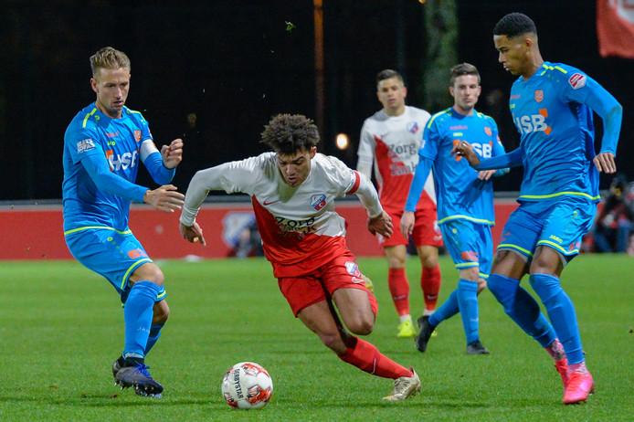 Jeredy Hilterman (m) in actie tegen Jong FC Volendam.