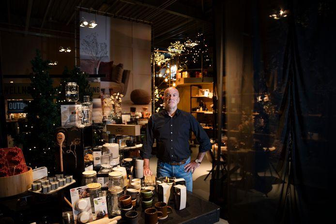 Roland van den Biggelaar in de showroom met kerstpakketten