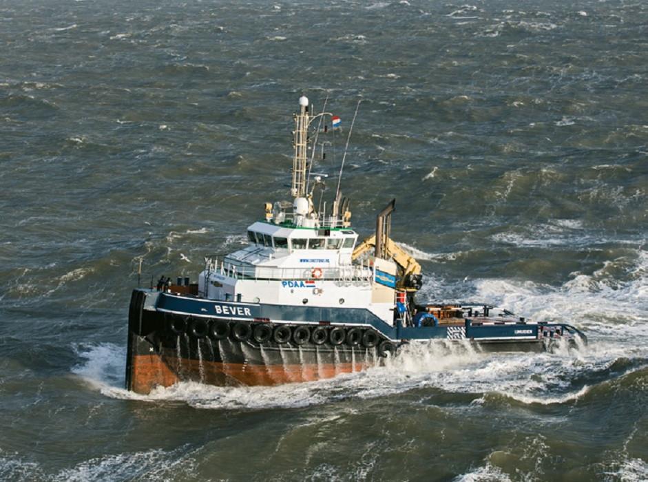 De sleepboot heeft een gemengde bemanning van Nederlanders en Filipino's.