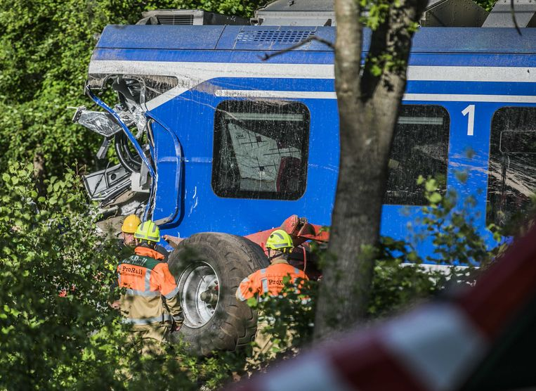 Bij een botsing tussen een trein en een tractor met oplegger op een onbewaakte spoorwegovergang in Hooghalen kwam vrijdag de machinist om het leven.  Beeld ANP