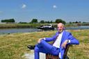 Makelaar Jacques de Koning op een zelling waar zeven villa's gebouwd gaan worden.