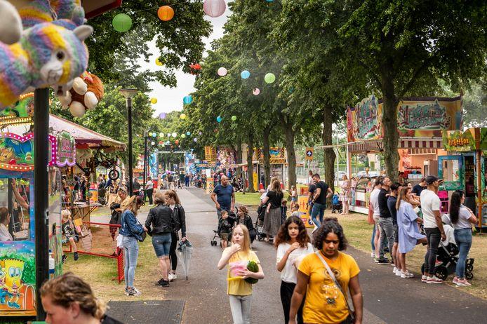 De sfeervolle wandelroute naar de kinderkermis in in het Bevrijdingspark. Alsof je in het buitenland bent, aldus veel bezoekers.
